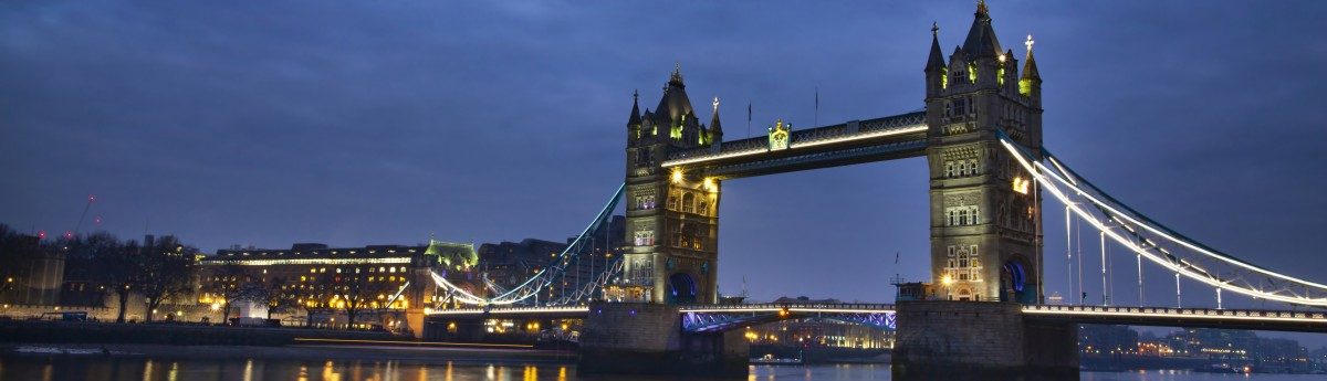 famous tower bridge in the evening london england CN3X5ND